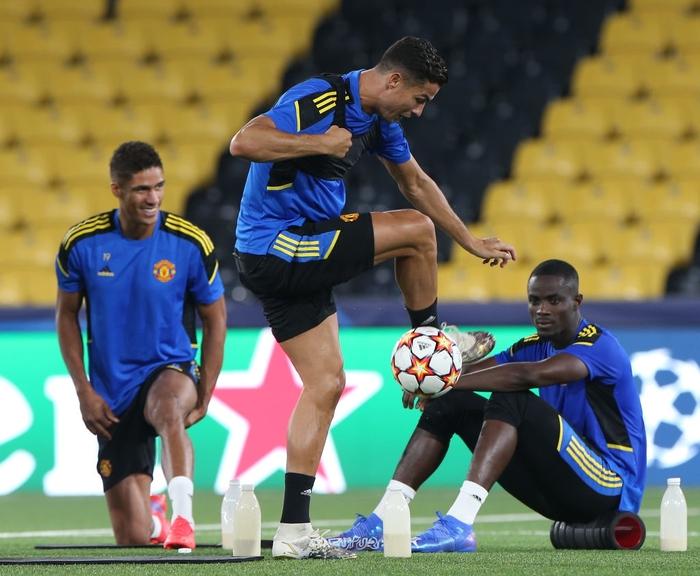 Đồng đội dán mắt theo dõi Ronaldo trình diễn skill trước trận đánh tiếp theo của MU ở Champions League - Ảnh 3.
