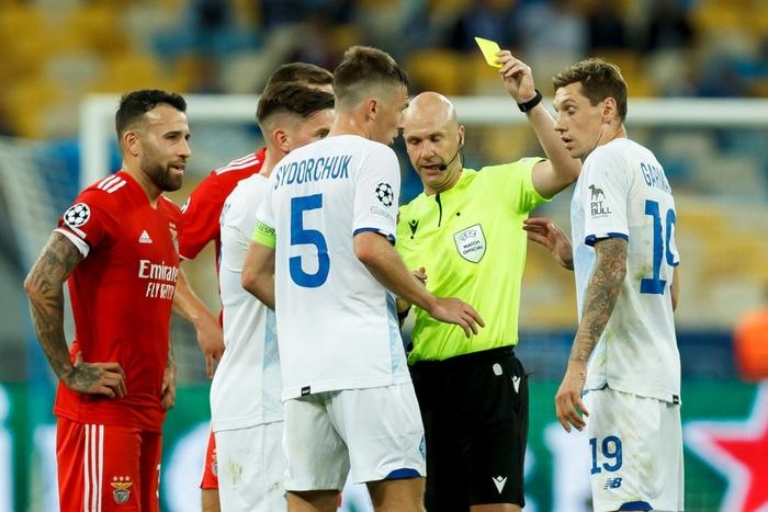 Cầu thủ tắc bóng ghê rợn với đồng đội trên tuyển của Ronaldo nhưng không bị phạt thẻ - Ảnh 3.