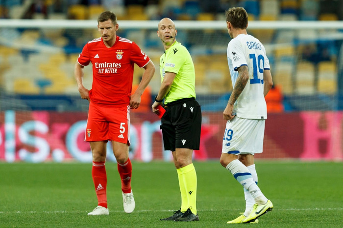 Cầu thủ tắc bóng ghê rợn với đồng đội trên tuyển của Ronaldo nhưng không bị phạt thẻ - Ảnh 4.