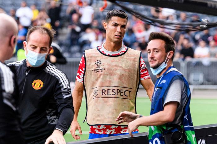Nhân viên an ninh được tặng áo số 7 huyền thoại sau khi bị Ronaldo đá bóng trúng đầu - Ảnh 6.