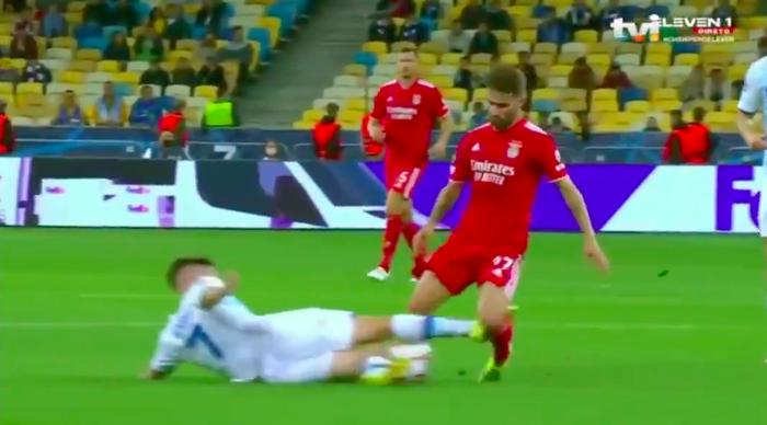 Cầu thủ tắc bóng ghê rợn với đồng đội trên tuyển của Ronaldo nhưng không bị phạt thẻ - Ảnh 1.