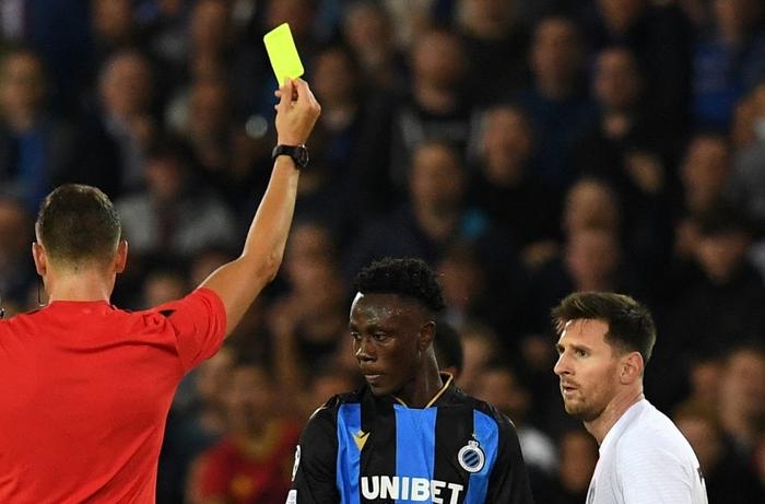 Messi vô tình đạp trúng cổ chân cầu thủ Club Brugge - Ảnh 2.