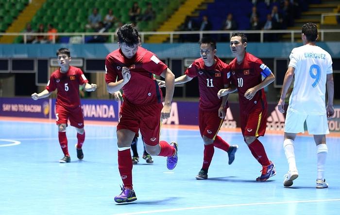 Tuyển futsal Việt Nam hạ gục Panama bằng màn trình diễn quả cảm, mở ra cơ hội vào vòng knock-out World Cup. - Ảnh 25.