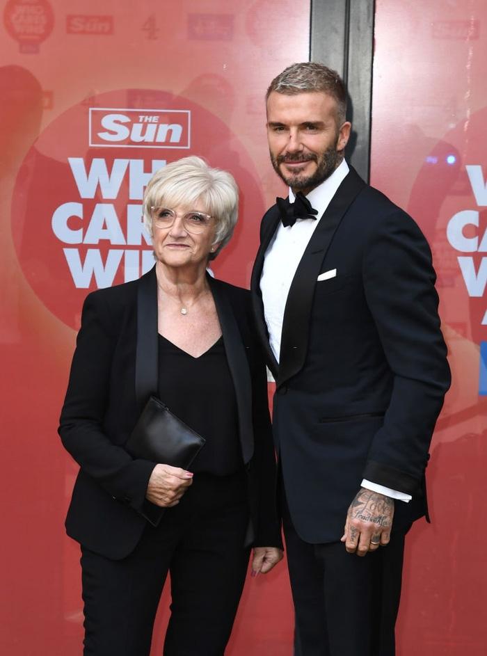 David Beckham đẹp xuất thần khi cùng mẹ đến dự lễ trao giải, nhưng điều gây chú ý nhất lại là dấu vết bí ẩn trên sống mũi - Ảnh 5.