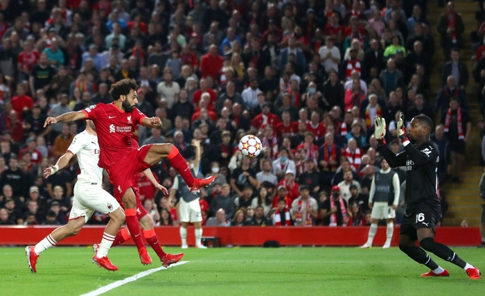 Salah đá hỏng phạt đền và 3 phút vô cùng điên rồ khiến Liverpool suýt mất điểm trước Milan - Ảnh 9.