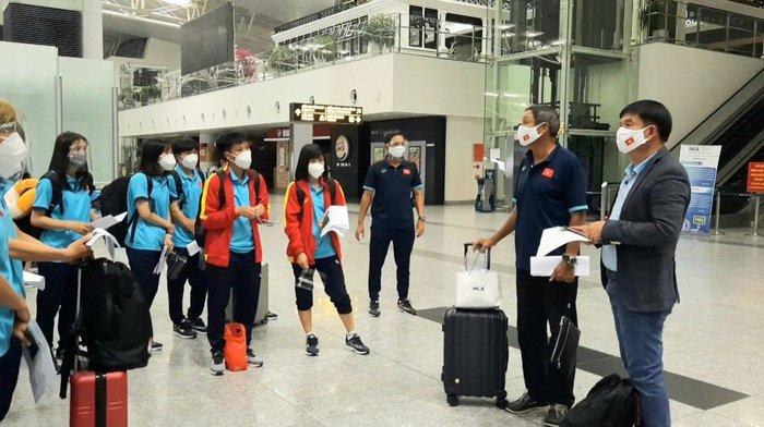Đội tuyển nữ Việt Nam lên đường sang Tajikistan - Ảnh 1.