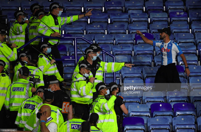 Fan Napoli đánh nhau với cảnh sát và CĐV Leicester - Ảnh 6.