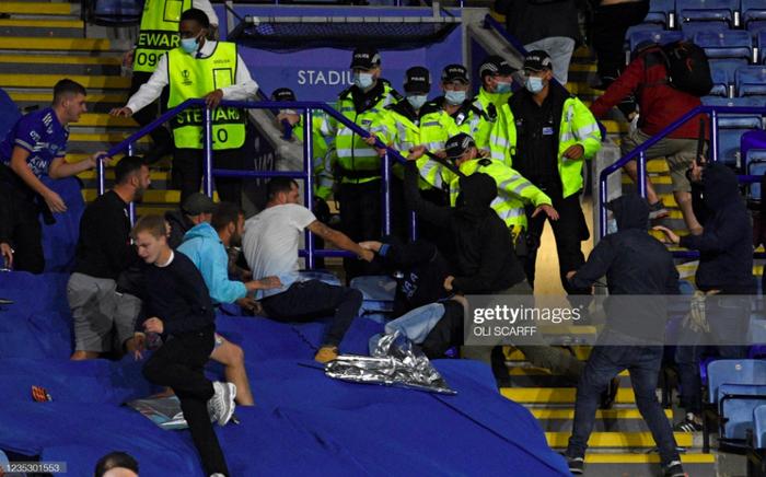 Fan Napoli đánh nhau với cảnh sát và CĐV Leicester - Ảnh 7.