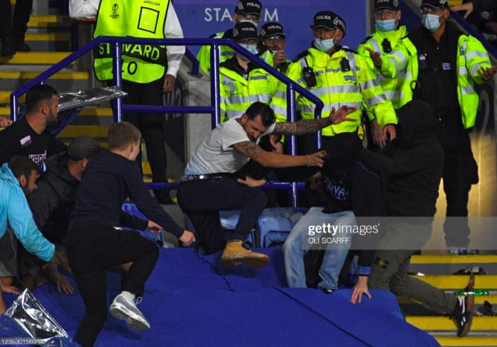 Fan Napoli đánh nhau với cảnh sát và CĐV Leicester - Ảnh 8.