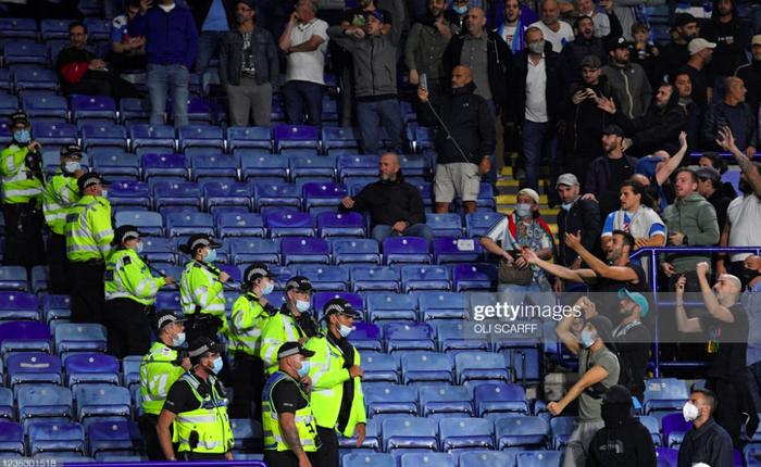 Fan Napoli đánh nhau với cảnh sát và CĐV Leicester - Ảnh 3.