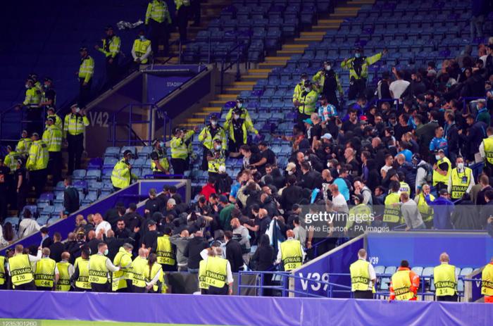 Fan Napoli đánh nhau với cảnh sát và CĐV Leicester - Ảnh 5.