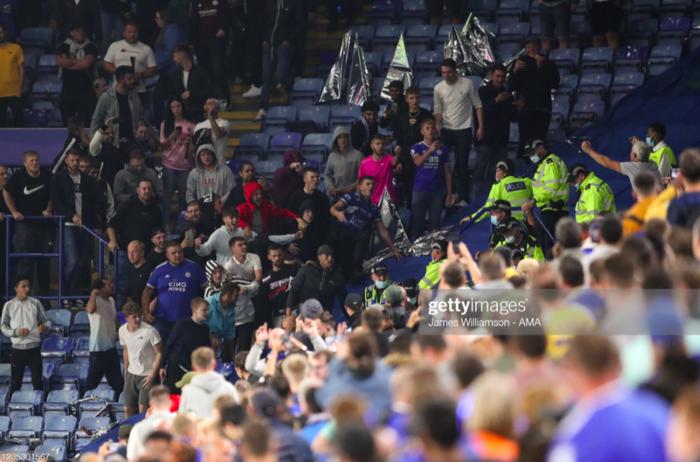 Fan Napoli đánh nhau với cảnh sát và CĐV Leicester - Ảnh 4.