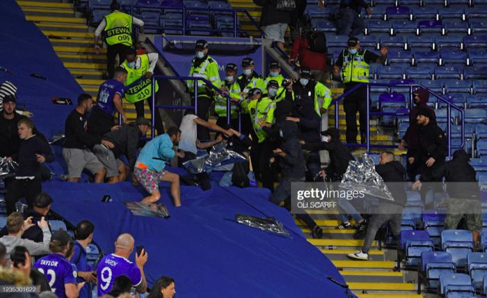 Fan Napoli đánh nhau với cảnh sát và CĐV Leicester - Ảnh 10.