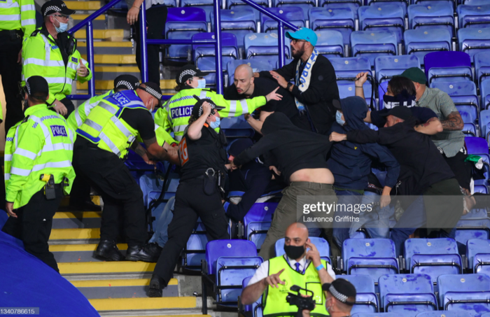 Fan Napoli đánh nhau với cảnh sát và CĐV Leicester - Ảnh 11.