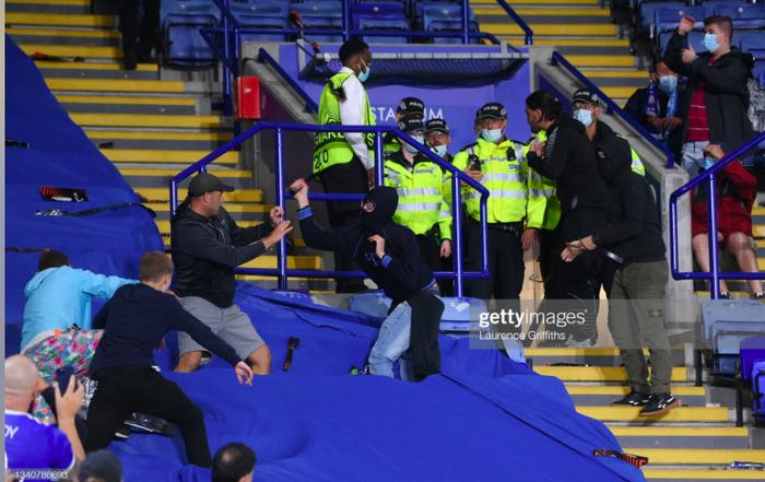 Fan Napoli đánh nhau với cảnh sát và CĐV Leicester - Ảnh 9.