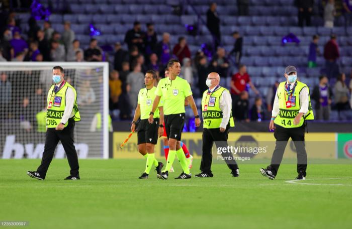 Fan Napoli đánh nhau với cảnh sát và CĐV Leicester - Ảnh 2.