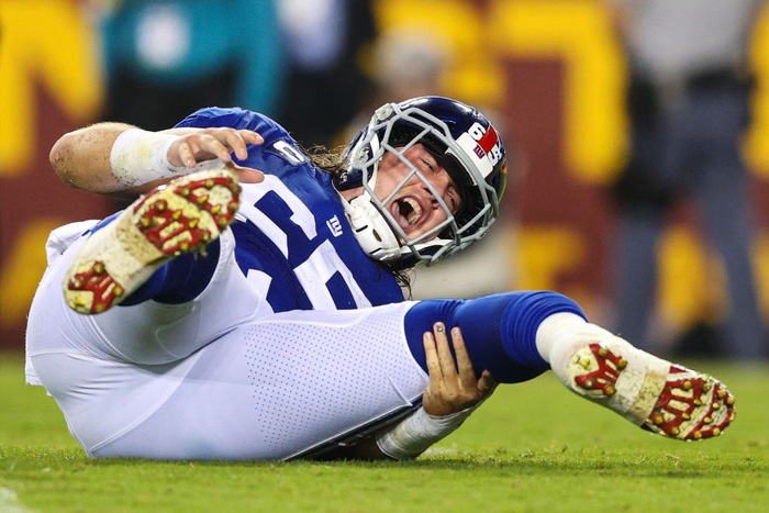 Cầu thủ bóng bầu dục Mỹ gây ớn lạnh với chấn thương gãy chân - Ảnh 6.