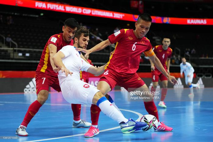 HLV Phạm Minh Giang khen ngợi Vũ Đức Tùng khi lăn xả tranh chấp trong trận hòa 1-1 trước CH Czech - Ảnh 2.