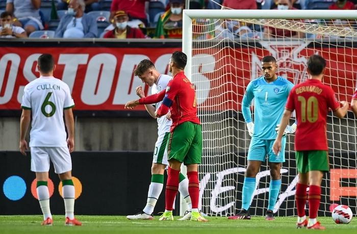 Cầu thủ CH Ireland tạo nên khoảnh khắc cổ chân bẻ ngược rùng rợn khi xoạc bóng Diogo Jota - Ảnh 6.