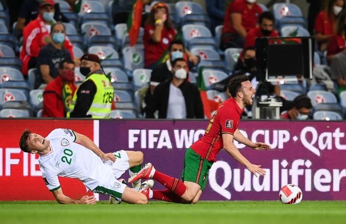 Cầu thủ CH Ireland tạo nên khoảnh khắc tự chấn thương rùng rợn khi xoạc bóng Diogo Jota - Ảnh 1.