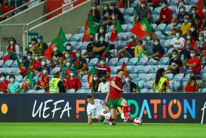 Cầu thủ CH Ireland tạo nên khoảnh khắc cổ chân bẻ ngược rùng rợn khi xoạc bóng Diogo Jota - Ảnh 3.