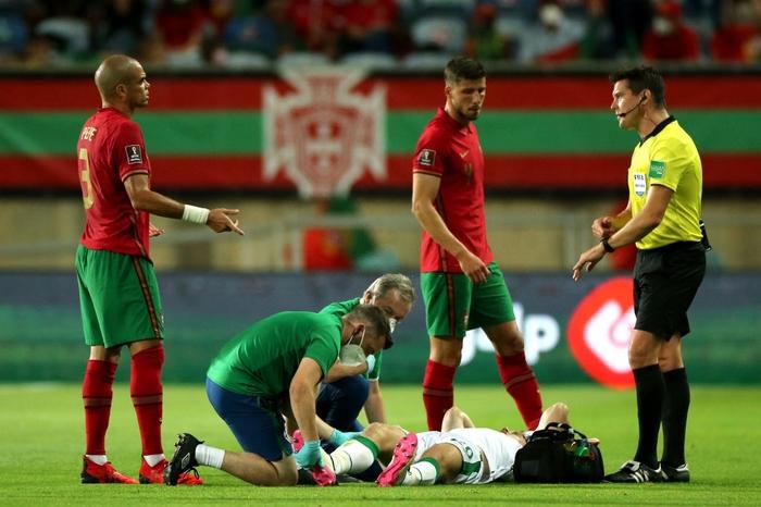 Cầu thủ CH Ireland tạo nên khoảnh khắc cổ chân bẻ ngược rùng rợn khi xoạc bóng Diogo Jota - Ảnh 4.