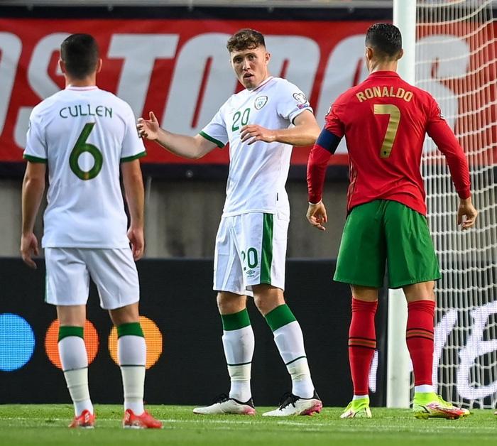 Cầu thủ CH Ireland tạo nên khoảnh khắc cổ chân bẻ ngược rùng rợn khi xoạc bóng Diogo Jota - Ảnh 7.