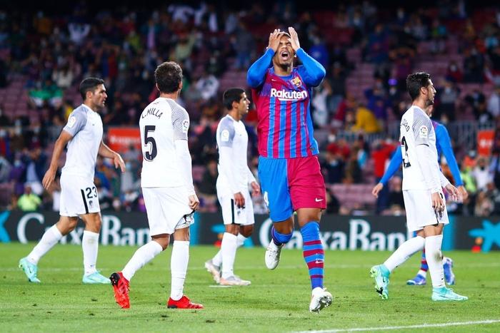 Bầu trời đen kịt bủa vây Camp Nou, Barcelona lại gây thất vọng tràn trề - Ảnh 6.