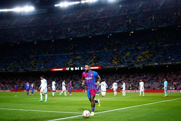 Bầu trời đen kịt bủa vây Camp Nou, Barcelona lại gây thất vọng tràn trề - Ảnh 2.