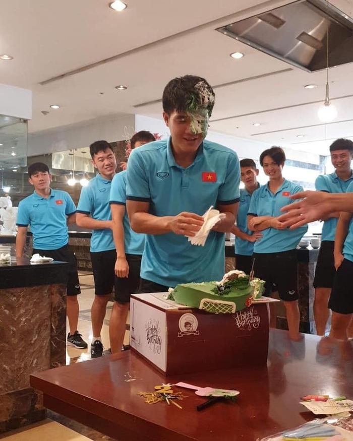 Đức Chinh lấm lem mặt mũi sau tiệc sinh nhật cực vui ở tuyển Việt Nam - Ảnh 1.
