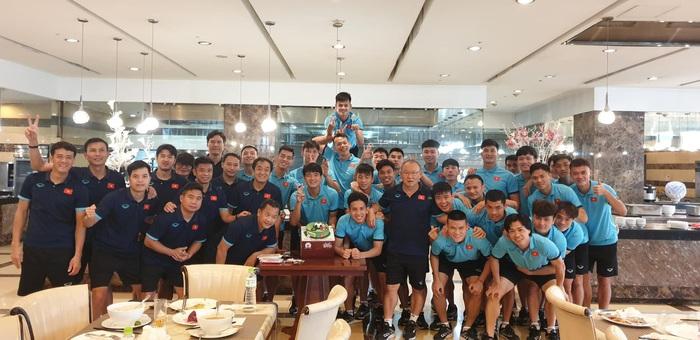 Đức Chinh lấm lem mặt mũi sau tiệc sinh nhật cực vui ở tuyển Việt Nam - Ảnh 4.