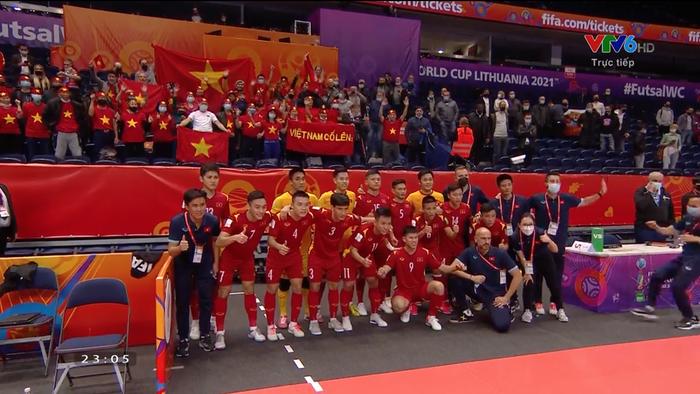 Cầu thủ ghi bàn cho futsal Việt Nam ở World Cup ôm mặt buồn bã sau thất bại, xúc động gửi gắm tâm sự - Ảnh 3.
