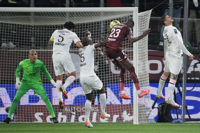 Đội bóng của Messi giành chiến thắng nghẹt thở nhờ đối thủ tự hủy với drama cú đúp thẻ đỏ ở phút bù giờ - Ảnh 4.