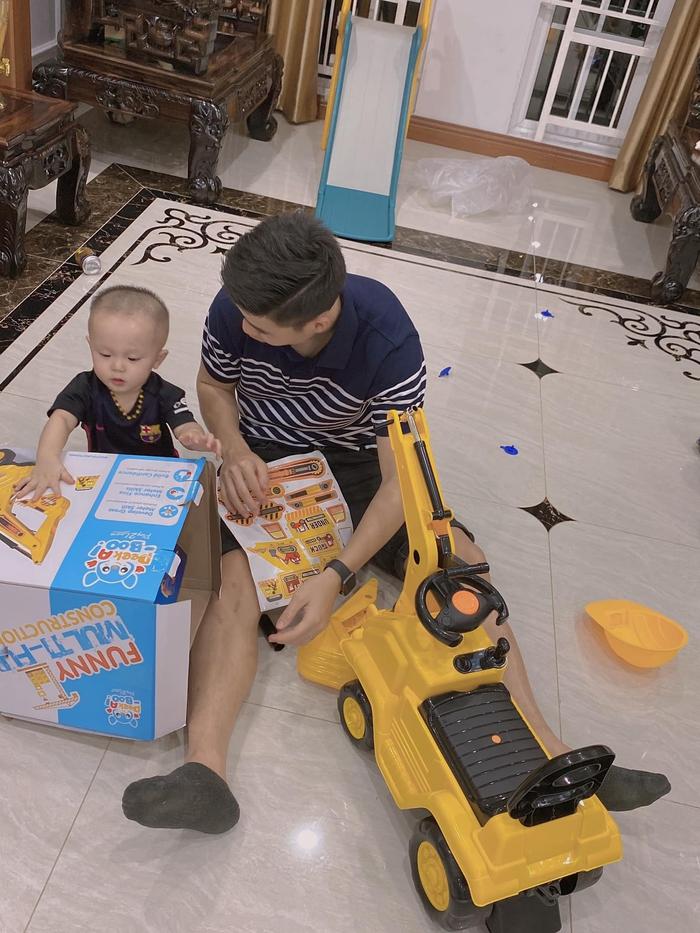 Bùi Tiến Dũng sấy tóc cho con gái, Duy Mạnh mua quà trung thu muộn tặng con trai - Ảnh 2.