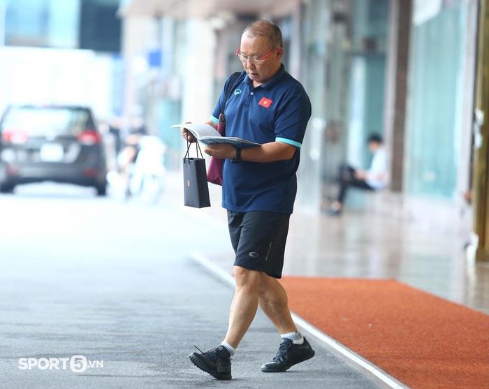 Công Phượng khoe tóc mới, trợ lý Lee Young-jin cho Tấn Tài xem bí mật từ chiếc điện thoại - Ảnh 4.