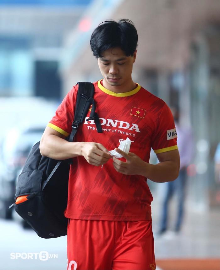 Công Phượng khoe tóc mới, trợ lý Lee Young-jin cho Tấn Tài xem bí mật từ chiếc điện thoại - Ảnh 2.