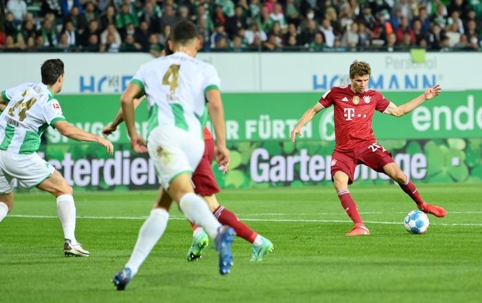 Bayern Munich độc chiếm ngôi đầu Bundesliga dù chơi thiếu người - Ảnh 3.