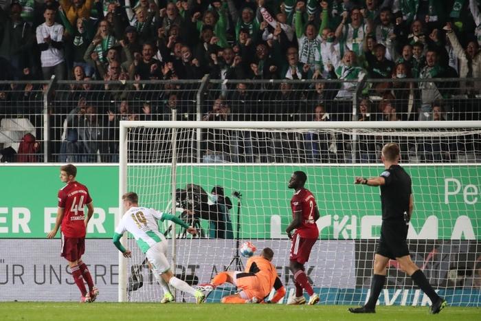 Bayern Munich độc chiếm ngôi đầu Bundesliga dù chơi thiếu người - Ảnh 8.