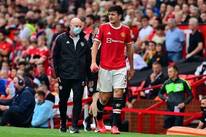 Harry Maguire phải rời sân vì chấn thương