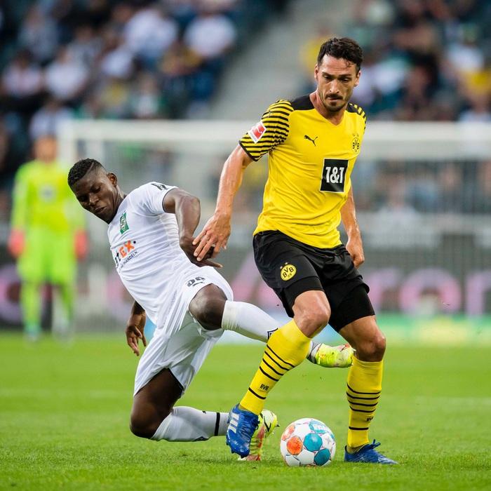 Thi đấu thiếu người, Dortmund nhận thất bại thứ hai tại Bundesliga - Ảnh 1.
