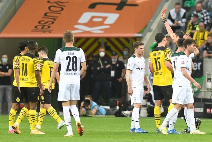 Thi đấu thiếu người, Dortmund nhận thất bại thứ hai tại Bundesliga - Ảnh 3.