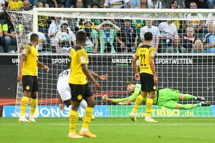 Thi đấu thiếu người, Dortmund nhận thất bại thứ hai tại Bundesliga - Ảnh 2.