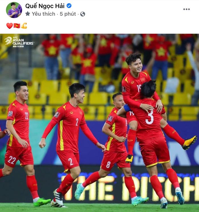 Cập nhật đội tuyển Việt Nam về nước: Chuyến bay cất cánh về Nội Bài, các cầu thủ thay nhau đăng status  - Ảnh 2.