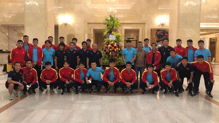 Cập nhật ĐT Việt Nam về nước: Vừa về tới khách sạn, toàn đội xúc động khi nhận được lời động viên và lẵng hoa từ Chủ tịch nước - Ảnh 2.