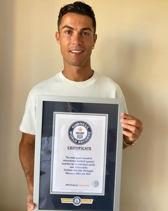 Ronaldo nhận kỷ lục Guinness thứ 10 trong sự nghiệp - Ảnh 1.