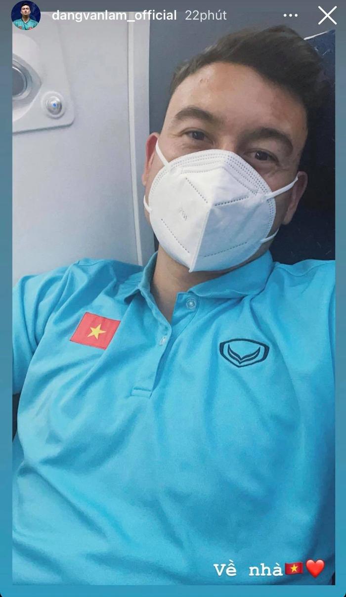 Cập nhật ĐT Việt Nam về nước: Chuyến bay bị hoãn gần 1 tiếng, các cầu thủ thay nhau đăng status khi chờ đợi tại Vân Đồn - Ảnh 8.