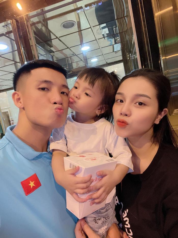 Tuyển Việt Nam lên đường đấu tuyển Trung Quốc: Cầu thủ vận chuyển hành lý ra xe để đem lên sân bay - Ảnh 7.