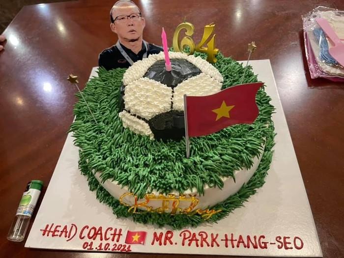 Tuyển Việt Nam lên đường đấu tuyển Trung Quốc: HLV Park Hang-seo được tổ chức sinh nhật sớm - Ảnh 2.