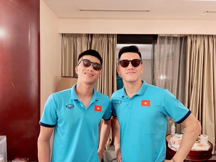 Tuyển Việt Nam lên đường đấu tuyển Trung Quốc: Cầu thủ vận chuyển hành lý ra xe để đem lên sân bay - Ảnh 8.