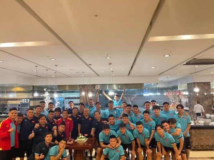 Tuyển Việt Nam lên đường đấu tuyển Trung Quốc: HLV Park Hang-seo được tổ chức sinh nhật sớm - Ảnh 1.